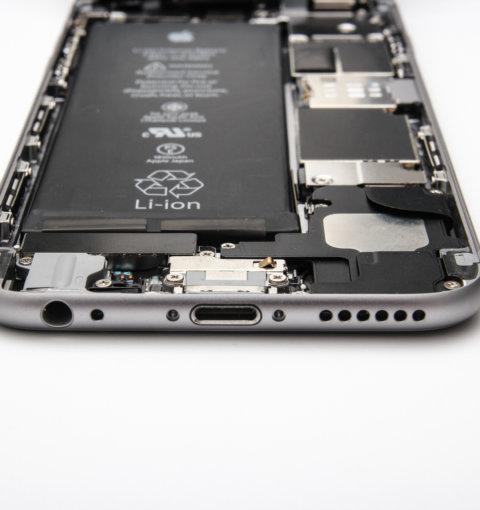 iPhone 6S со снятым дисплеем