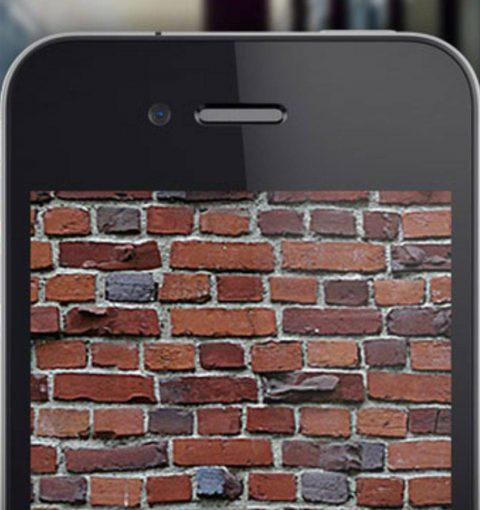 iPhone с кирпичами на экране