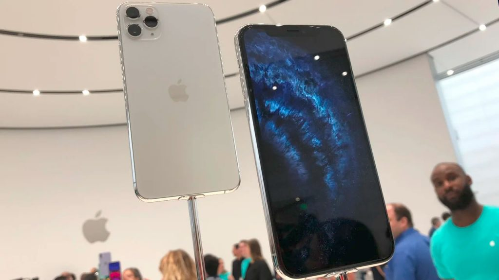 iPhone 11 Pro Max на стенде Apple