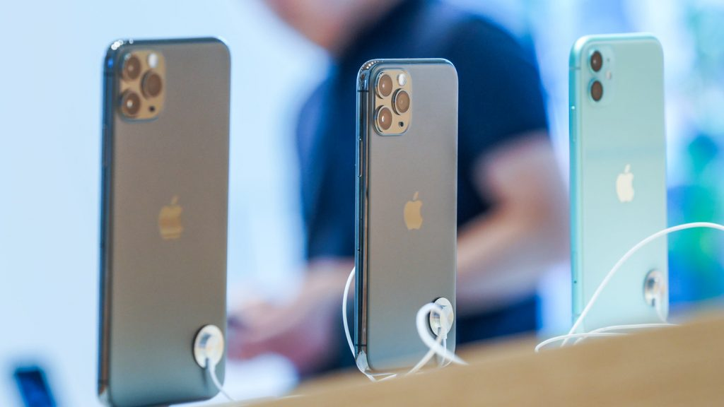 iPhone 11 Pro Max, iPhone 11 Pro и iPhone 11 на стенде Apple