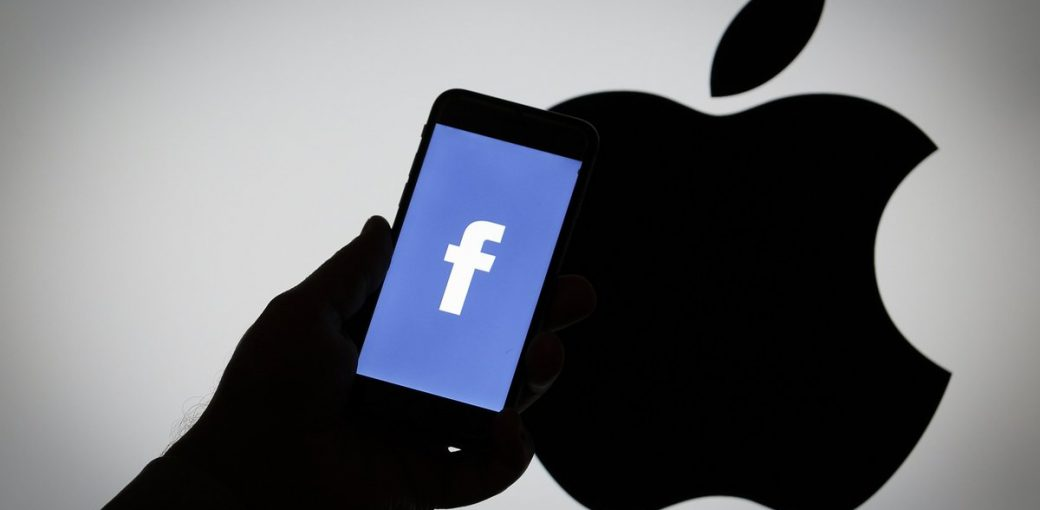 Логотип Apple и приложение Facebook на iPhone