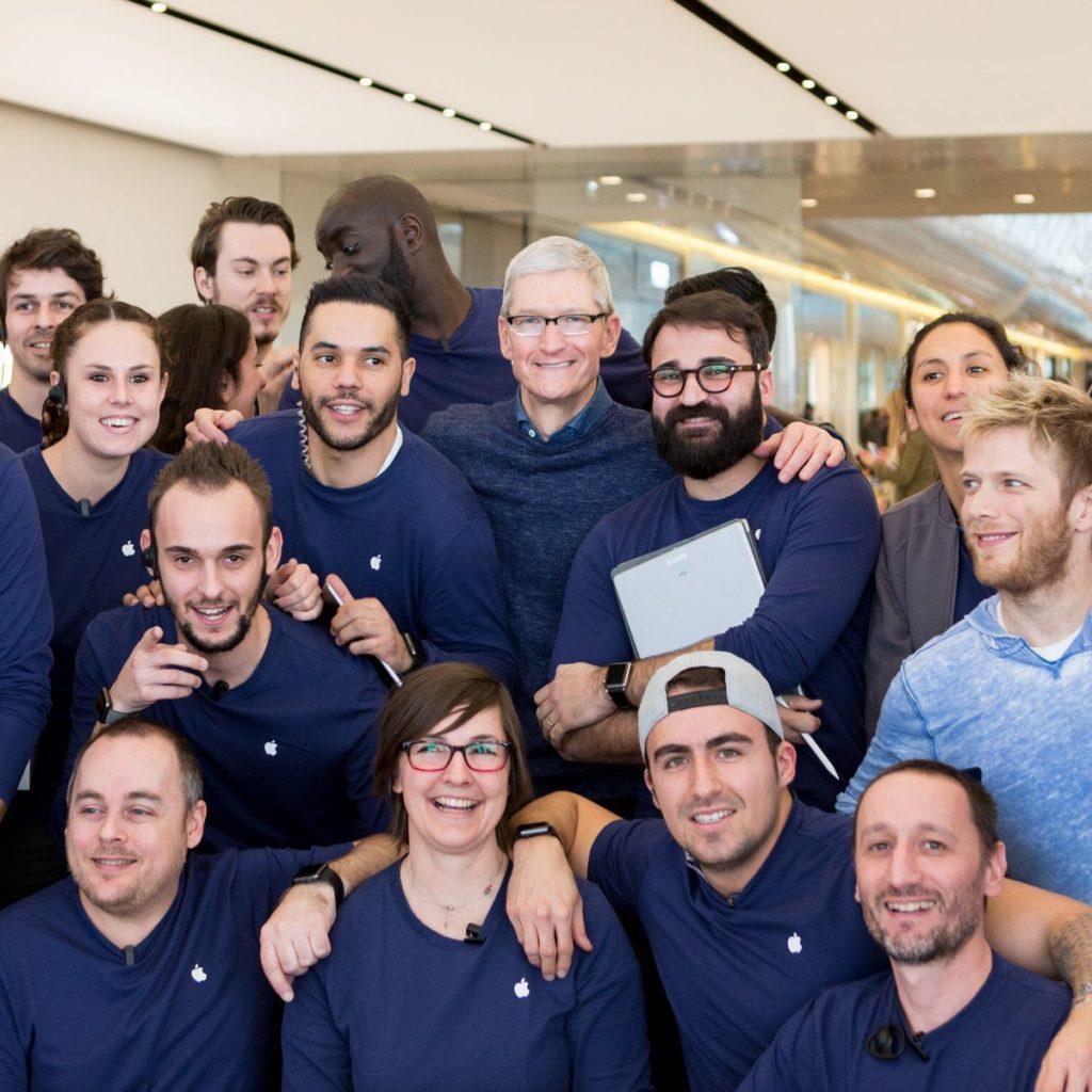 Тим Кук и сотрудники Apple