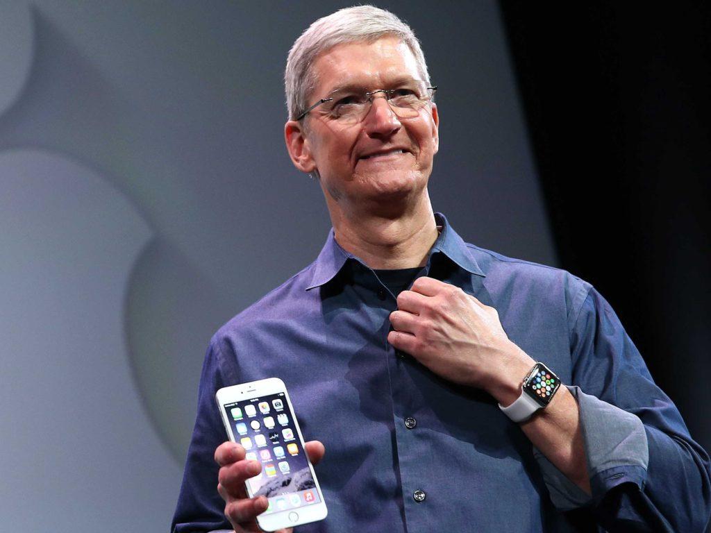 Тим Кук с iPhone и Apple Watch
