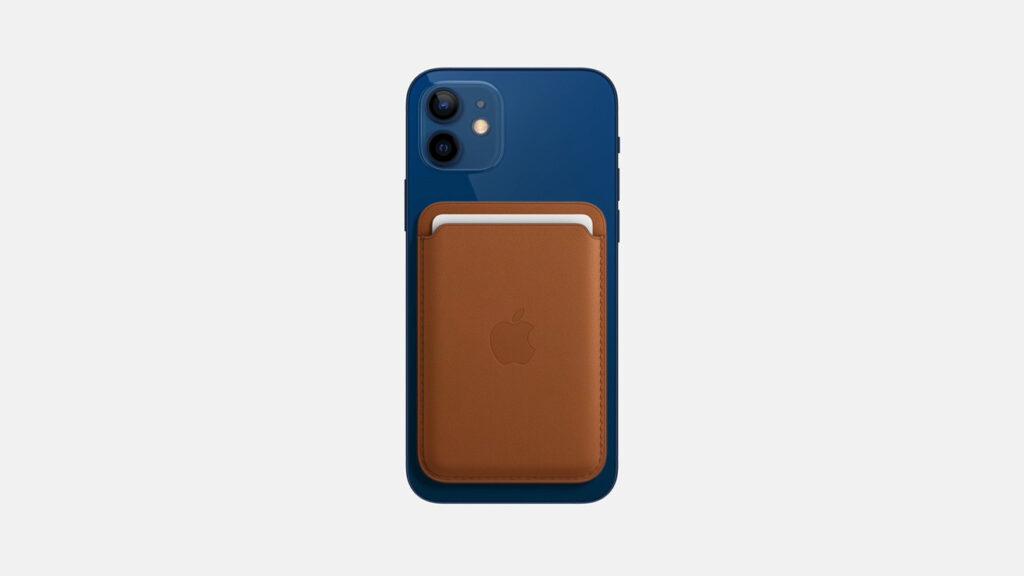 iPhone 12 с аксессуаром MagSafe